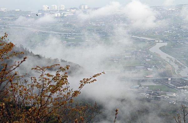 城山中腹から雲の間の綾川を望む・・