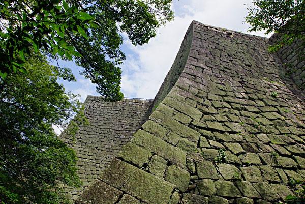 丸亀城の扇の石垣天を差す ・・