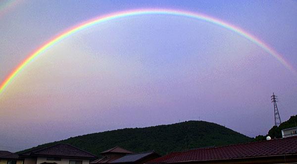 夕方の空 地球を抱き込むがごとく虹の大橋・・