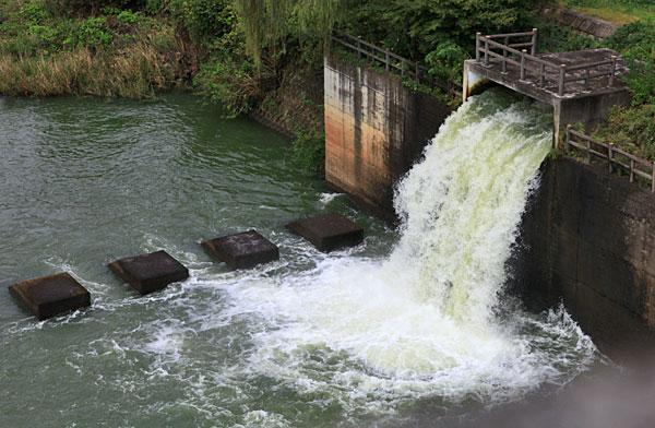 満水のダム 余る水の放流・・