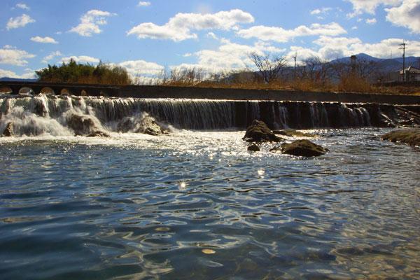 琴南の土器川の小さきダムにも水音高く・・