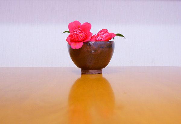 庭の片隅に咲く椿 茶碗に活けて朝食す