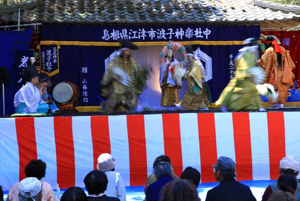 大滝山で石見神楽がある 島根県からの公演である