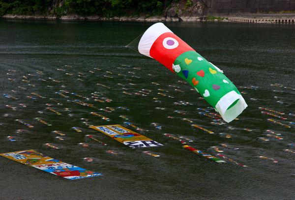 高知 仁淀川の水中に泳ぐ鯉のぼり・・