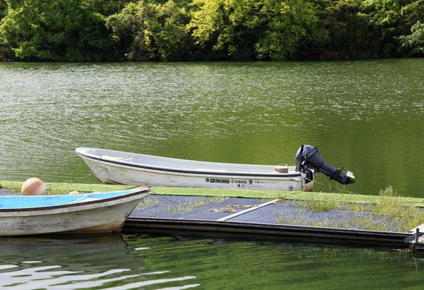 朝の湖岸 つり舟しずかに ・・・