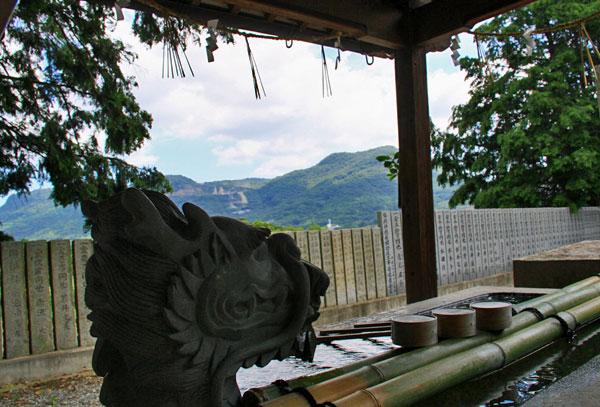 神社の 龍も雨を待っています