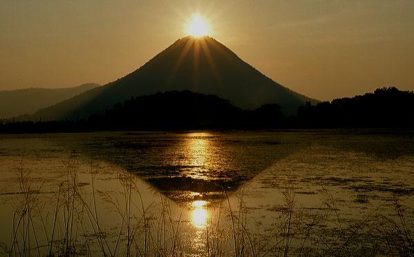 この時期一週間 讃岐富士の頂上からの太陽が池に映る ・・