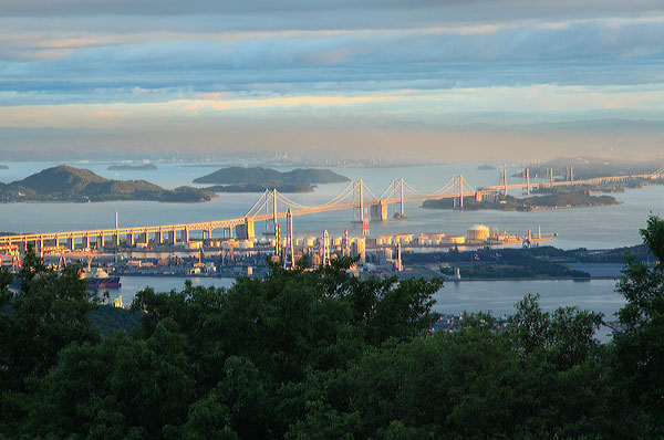 秋の空朝日にひかる瀬戸の橋