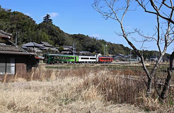 観光列車の撮影のため田んぼに立ち待つ 初鳴きのウグイスが頻りに鳴いている 癒される