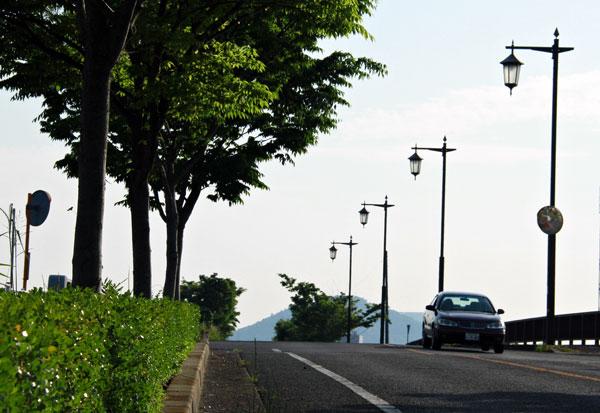 綾川の橋の街灯 昼間の行燈・・