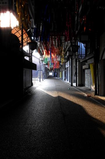 早朝の通りは朝日が差し込み残暑が厳しい ・・
