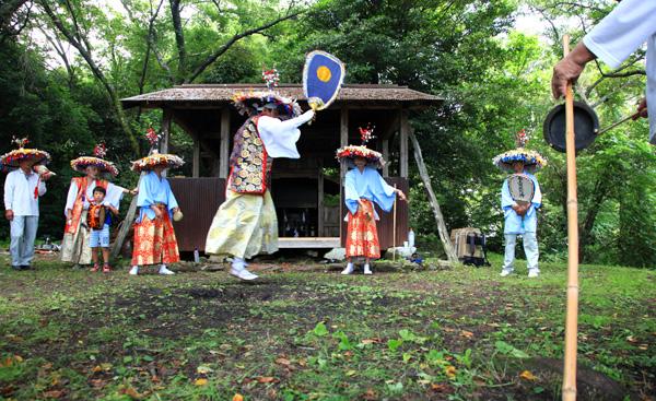 高鉢山の念仏踊り町の人たちばかりで踊る 見物人は誰もいない・・